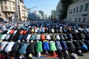 نماز عید فطر در فضای باز مقابل مسجد بزرگ مسکو